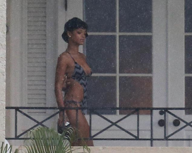 elle se gode toute huilee de son balcon