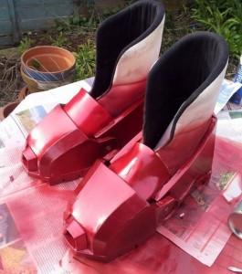 et-voila-l-adolescent-a-peint-en-rouge-les-bottes-de-son-super-heros-prefere-iron-man_123384_w460