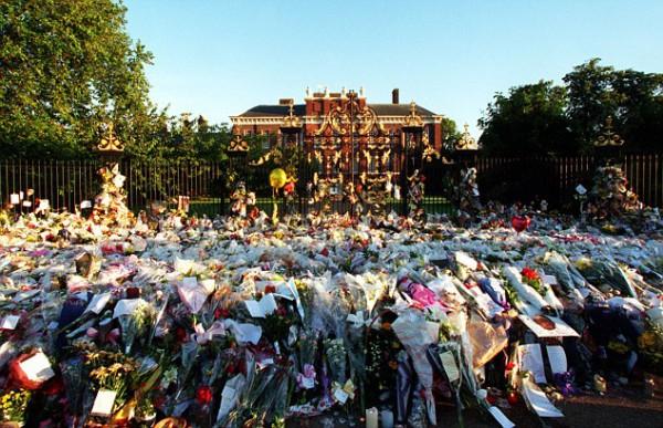 Fleurs déposées en hommage à la princesse devant Buckingham Palace