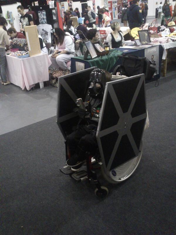 Un petit gar on handicap transforme son fauteuil en - Vaisseau de dark vador ...