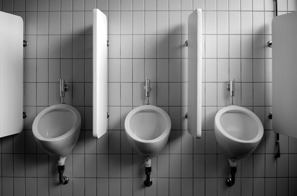 cet urinoir vous confisque vos cl s quand vous avez trop bu. Black Bedroom Furniture Sets. Home Design Ideas