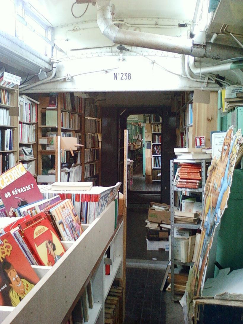 une-librairie-francaise-investit-un-vieux-train-et-vous-invite-a-feuilleter-quelques-livres2