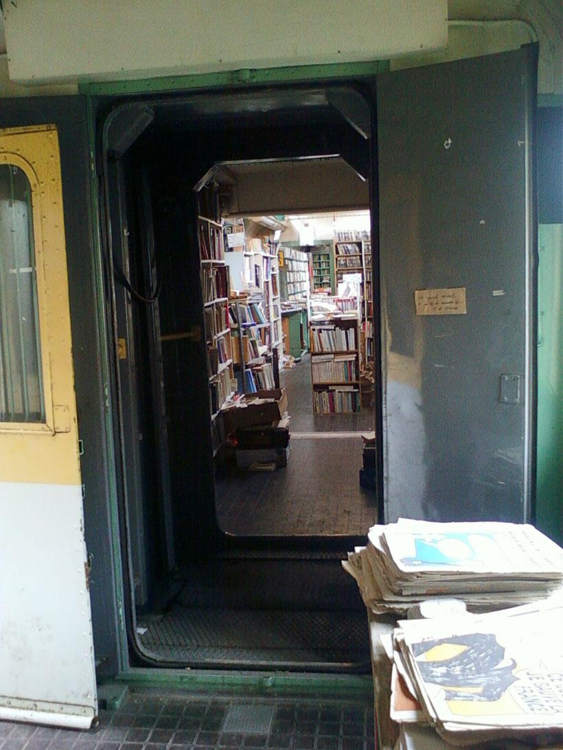une-librairie-francaise-investit-un-vieux-train-et-vous-invite-a-feuilleter-quelques-livres31