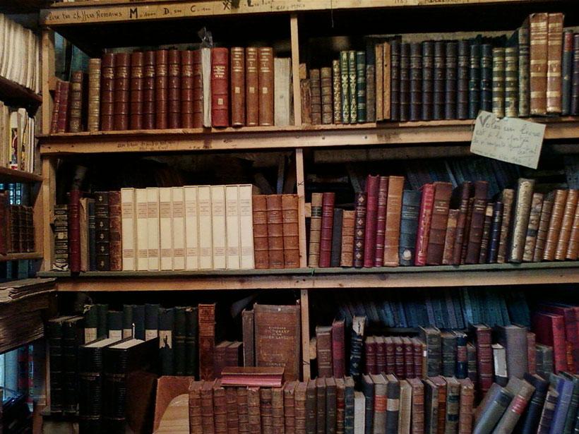 une-librairie-francaise-investit-un-vieux-train-et-vous-invite-a-feuilleter-quelques-livres51