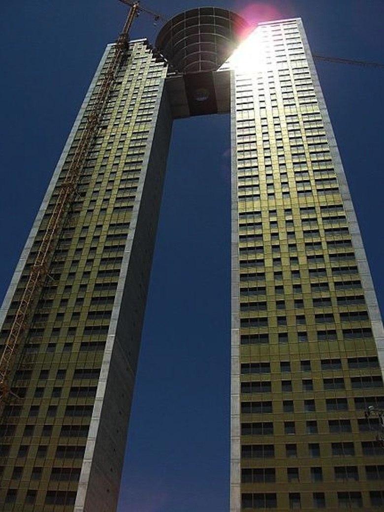 Espagne-une-tour-de-47-etages-construite-sans-ascenseur_exact780x1040_p