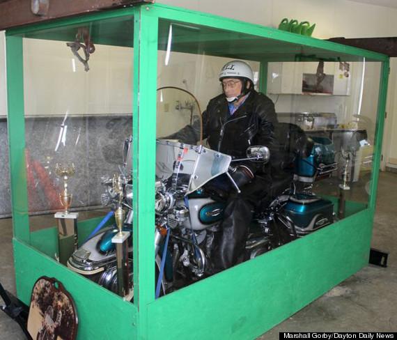Motard passionn il se fait enterrer sur sa moto for Deplacer sa moto dans un garage
