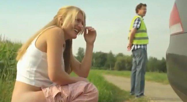 Une danseuse fait pipi sur un mec sans faire exprs