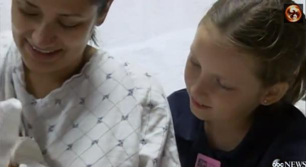 Video remarquable une fillette de 8 ans aide sa m re for Accouchement a la maison youtube