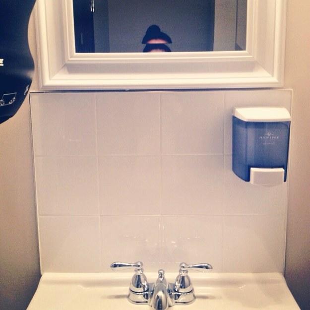 17 situations auxquelles toutes les femmes de petite for Regard dans le miroir