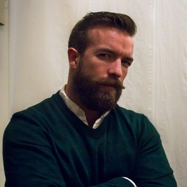 cet homme se laisse pousser la barbe pendant un an et devient incroyablement sexy. Black Bedroom Furniture Sets. Home Design Ideas