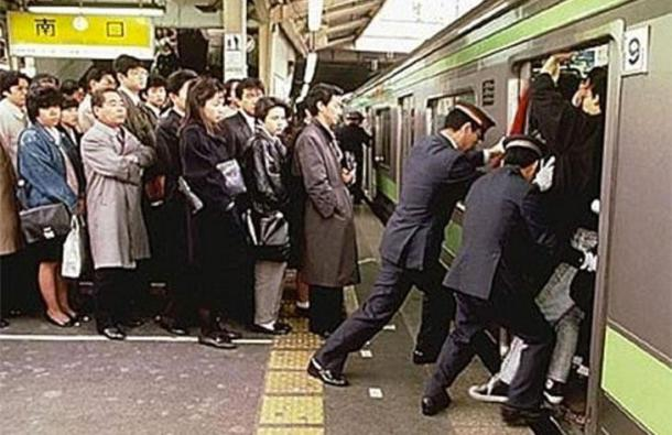 BLNKT-japaneese-subway-packers-pushers-weird-jobs-around-the-world