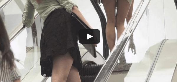Regarder la jupe de la fille
