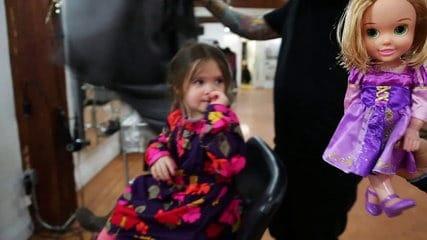 3 ans cette petite fille d cide de donner ses cheveux aux enfants malades du cancer. Black Bedroom Furniture Sets. Home Design Ideas