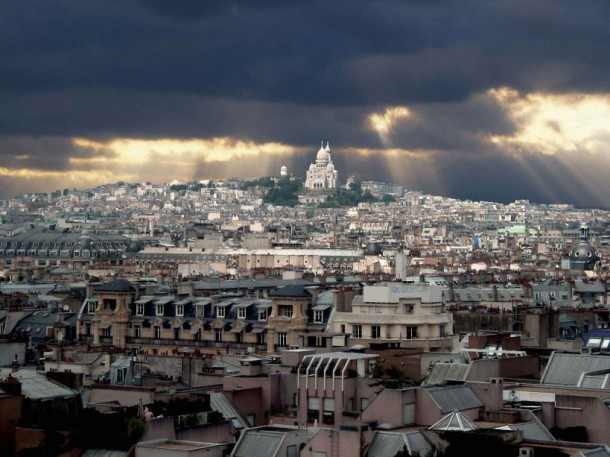 La basilique du Sacré-Cœur de Montmartre surplombant Paris (2003) (JAUBERT/SIPA)