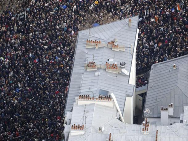 Contraste entre une foule dense et un toit en zinc typiquement parisien lors de la marche républicaine (11 janvier 2015) (AFP PHOTO/KENZO TRIBOUILLARD)
