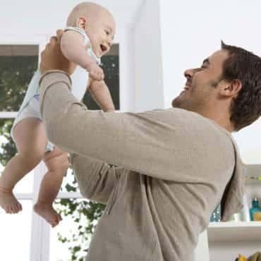 un-papa-qui-s-occupe-de-son-bebe-10475622xlplb_2041