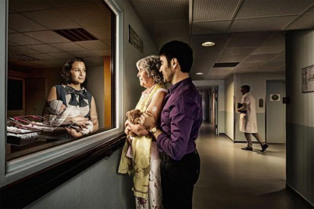 Des personnes g es regardent leur jeunesse dans des for Miroir reflet sens 90