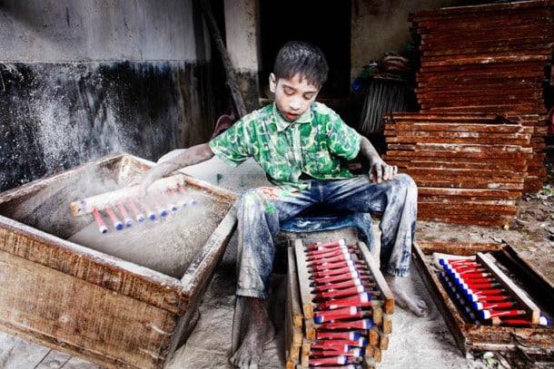 angels in hell un reportage photos poignant sur le travail des enfants au bangladesh. Black Bedroom Furniture Sets. Home Design Ideas