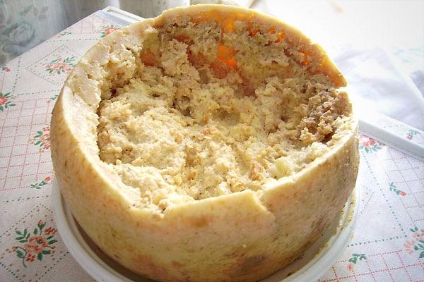 C&est un fromage de brebis italien de l&île de Sardaigne, si vous passez par la-bas cet été, il pourrait bien gâcher vos vacances... Pour donner de la saveur, des larves y sont introduites afin de rendre la texture plus molle et favoriser l&affinage. Seulement, ces asticots représentent le majeur problème de ce fromage... Certaines larves résistent à l&acidité des sucs gastriques et transitent dans le tube digestif. Cela peut causer de sérieuses lésions sur les parois intestinales accompagnées de vomissements, diarrhées et douleurs.