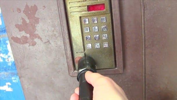 Video il arrive ouvrir toutes les portes d 39 entr e avec - Comment ouvrir une porte fermee a clef ...