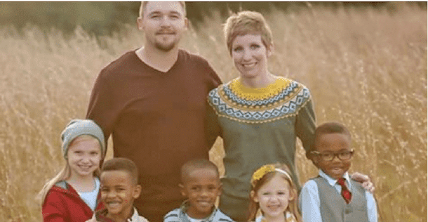Un couple a adopté 3 enfants. Quand les voisins ont vu ce qu'ils faisaient, ils ont immédiatement appelé les services sociaux !