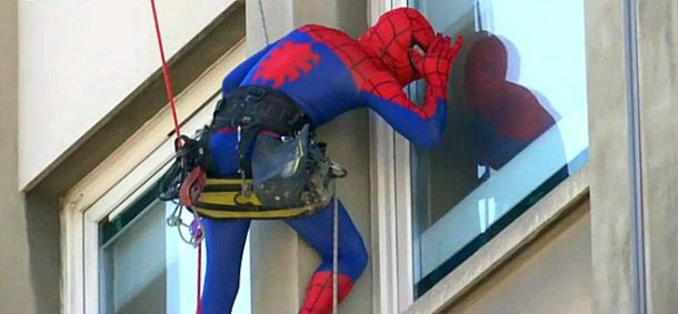 batman spiderman superman et captain america escaladent la fa ade de l 39 h pital necker pour. Black Bedroom Furniture Sets. Home Design Ideas