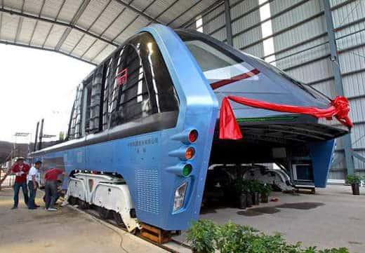 Le bus qui enjambe les voitures n 39 tait en fait qu 39 une for Garage qui reprend les voitures en panne