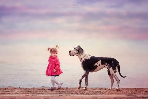 Chien et petite fille