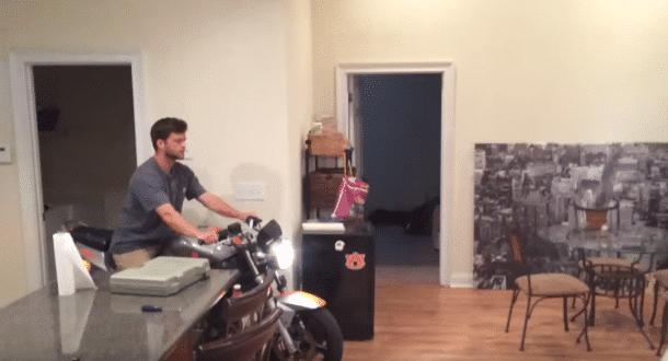 Faire de la moto dans le salon c 39 tait vraiment une for Moto dans le salon