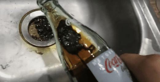il retrouve une souris morte dans sa bouteille de coca. Black Bedroom Furniture Sets. Home Design Ideas