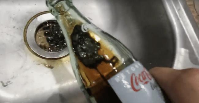il retrouve une souris morte dans sa bouteille de coca cola vid o. Black Bedroom Furniture Sets. Home Design Ideas