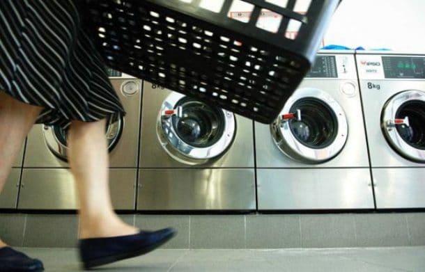 """Une enfant de 15 mois placée dans une machine à laver pour la """"bercer"""""""