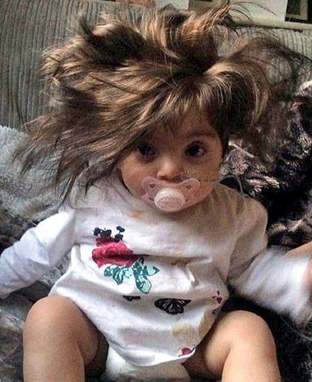 Bébé Fille Magnifique : À seulement mois ce bébé aux cheveux longs fait fondre