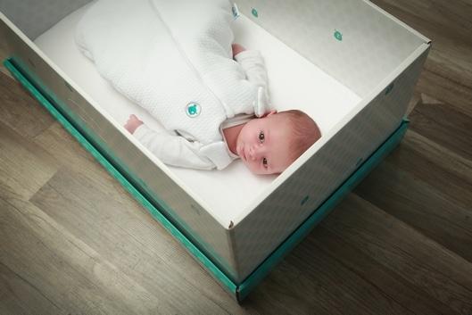voil pourquoi faire dormir son b b dans une boite en carton n 39 est pas idiot du tout. Black Bedroom Furniture Sets. Home Design Ideas