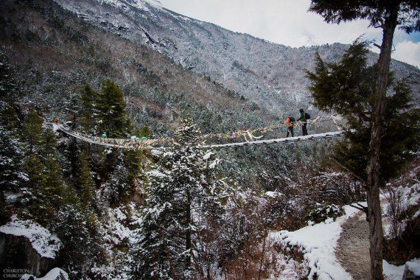 couple se marie en haut du mont everest