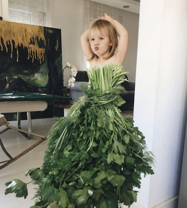 Légumes Robes En Des Fruits Et Maman À Réalise Cette Fille Grâce Sa lKFJcT1