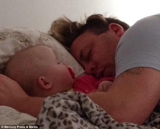 Apr s une dispute elle envoie son mari dormir sur le canap pour le retrouv - Quel point cardinal pour dormir ...