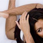 aisselles poilues pour une femmebeaucoup de poils aux aisselleselle ne se rase pluselle peigne ses poils aux aissellesfemme au bras poilufemme bras poilus
