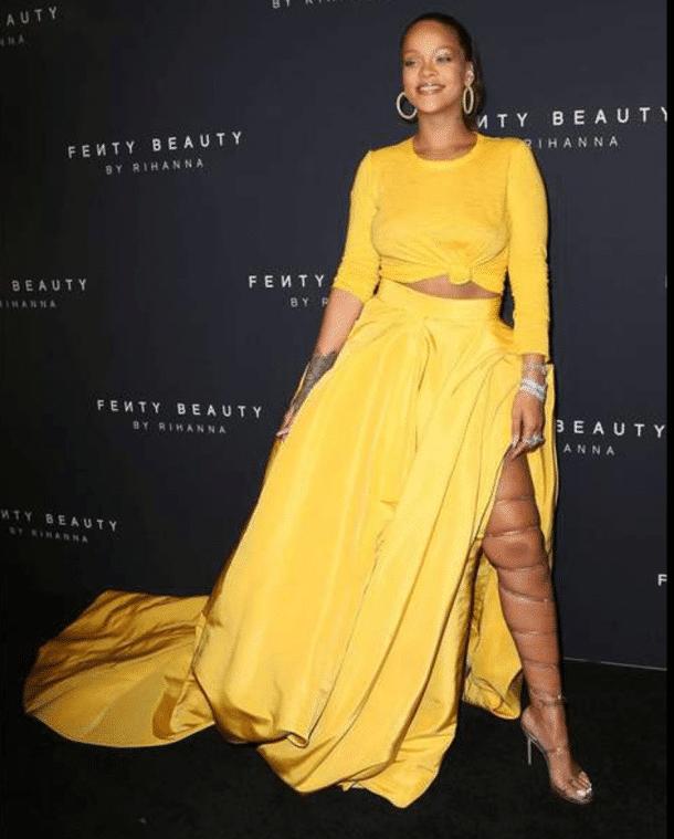 Rihanna en robe jaune