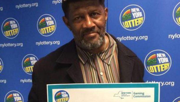 Jimmie Smith et son ticket de loterie gagnant