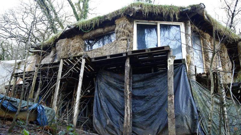 Ce couple vit dans une cabane de boue et de branchages car ils sont allergiques au monde moderne