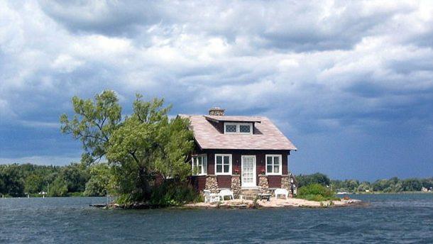 une maison et un arbre d couvrez la plus petite le. Black Bedroom Furniture Sets. Home Design Ideas