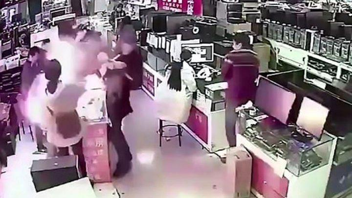 Il mord sa batterie pour voir son