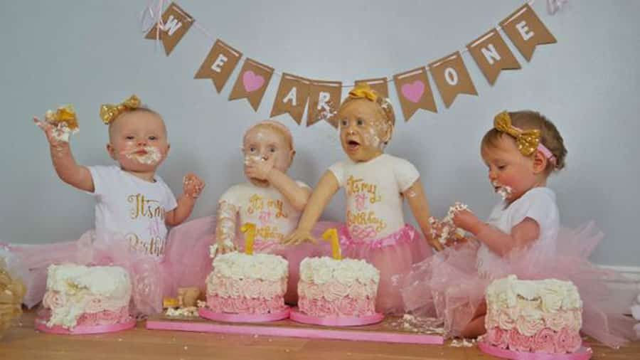 Une Maman Prépare Un Gâteau à L Effigie De Ses Jumelles