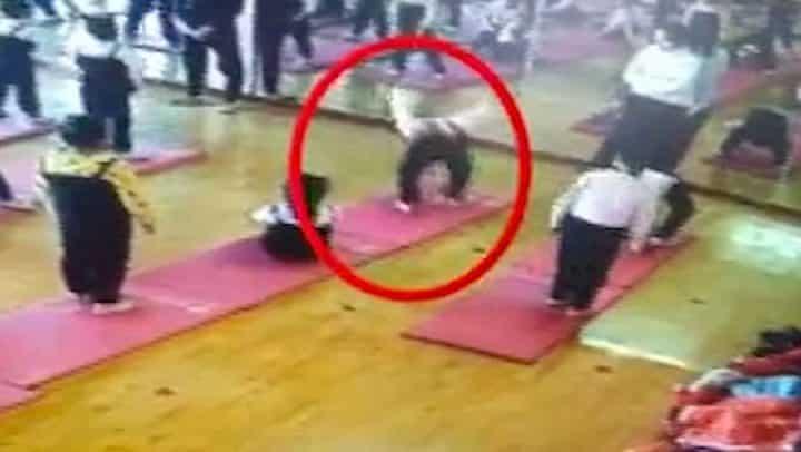 elle fait une figure yoga et reste bloquée