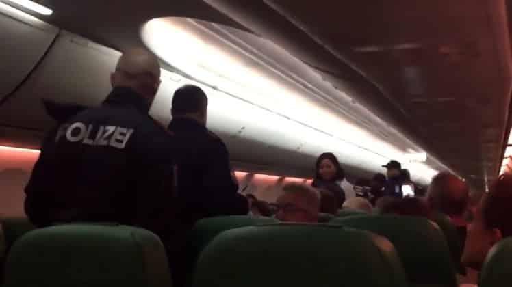 Un avion se pose d'urgence pour débarquer des passagères qui lâchaient des flatulences putrides