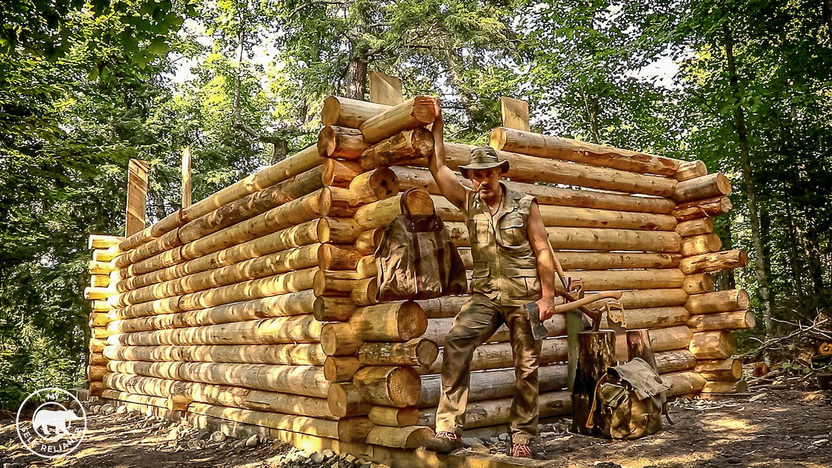 Il Fabrique Une Cabane En Bois De A 224 Z En Plein Milieu D