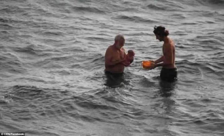 Une femme donne naissance à son bébé au milieu de la mer Rouge: elle ressort aussi calme qu'après une petite baignade (photos)