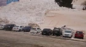 avalanche ensevelit des voitures sur un parking