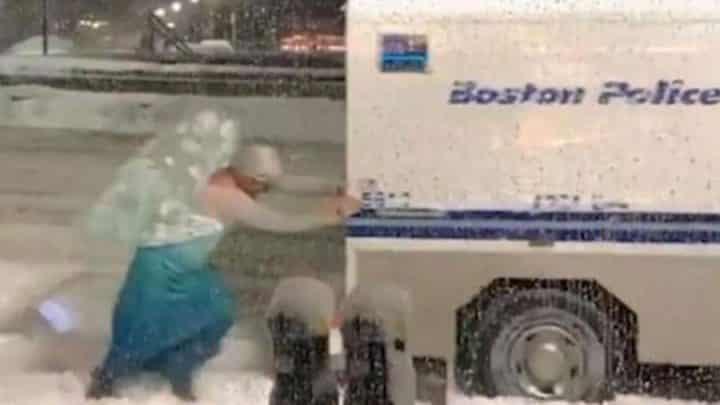 Elsa Reine des neiges pousse un camion de police dans la neige